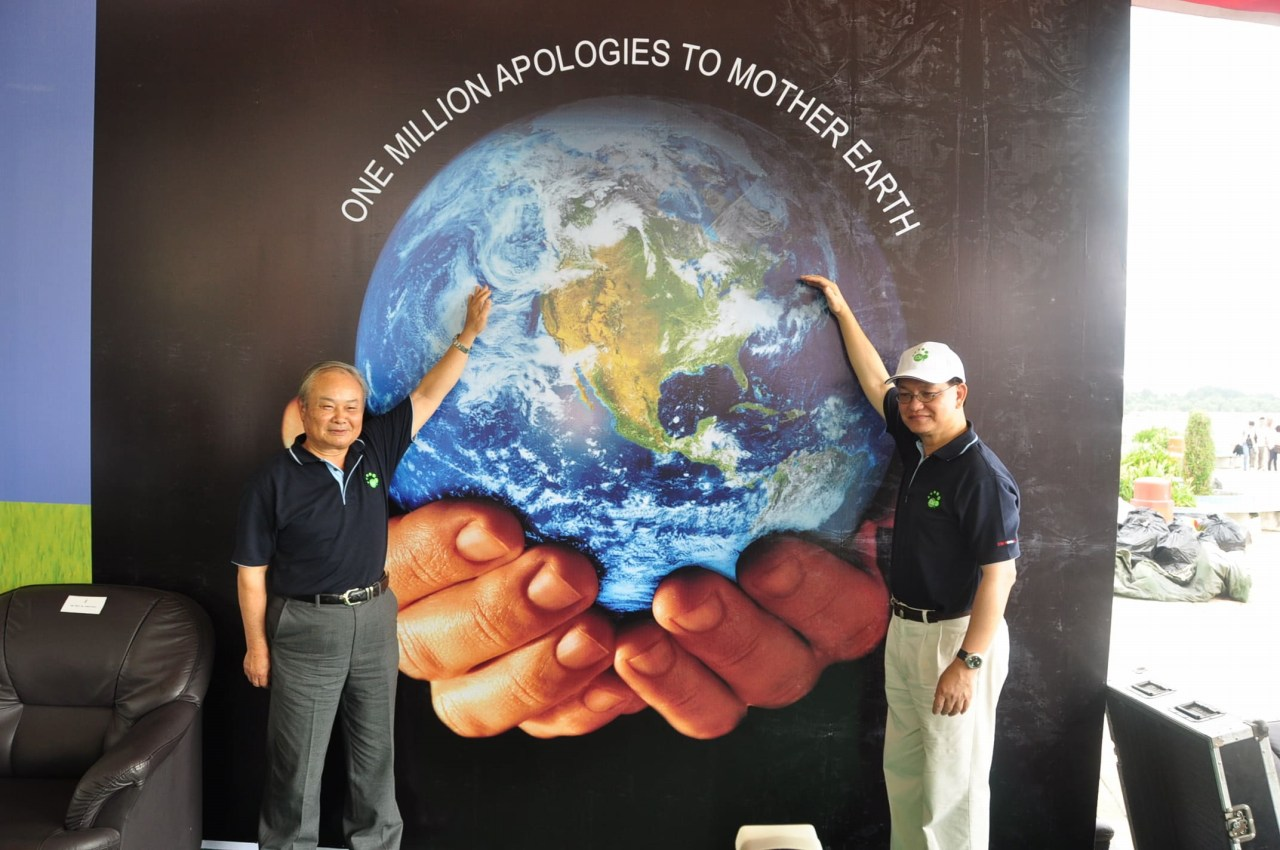 "Prof. Higa and Mr. Soo at the ""One million Apologies to Mother Earth"" event"