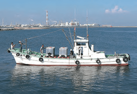 Fisherman's boat is used to throw EM・1 in Ise Bay.